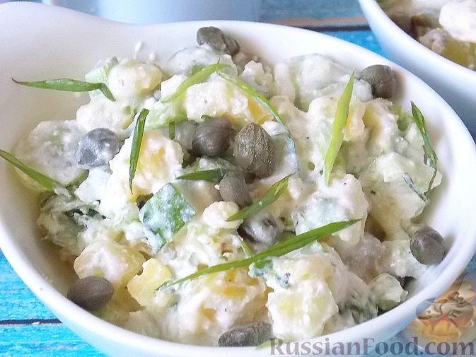 Фото приготовления рецепта: Салат с сельдереем, огурцом, картофелем и виноградом - шаг №13