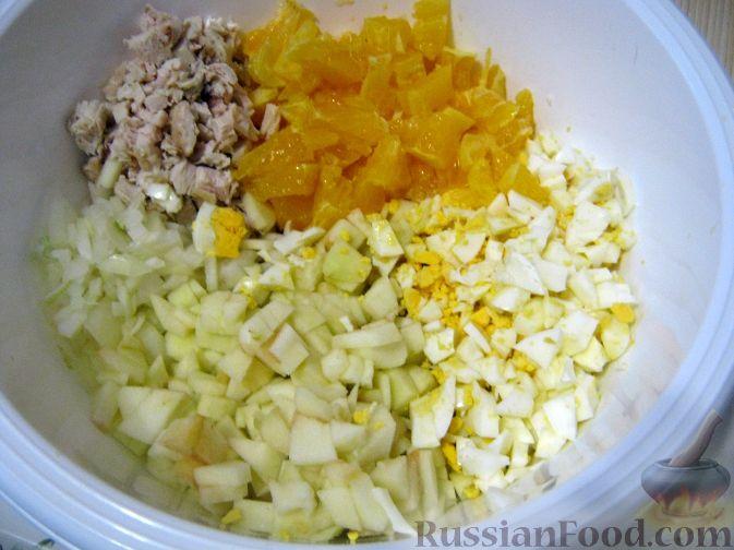 Фото приготовления рецепта: Салат мясной с яблоками и апельсинами - шаг №7