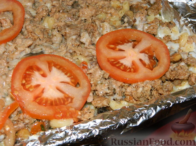 Фото приготовления рецепта: Домашний хлеб, запечённый с пряным маслом, сыром и зеленью - шаг №7