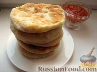 Фото к рецепту: Лепешки с колбасно-сырной начинкой