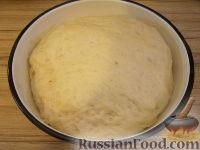 Фото приготовления рецепта: Пицца с сыром и колбасой - шаг №8