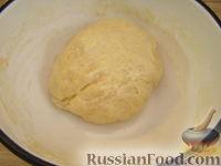 Фото приготовления рецепта: Пицца с сыром и колбасой - шаг №7