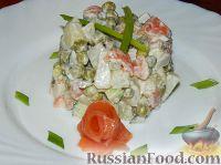"Фото к рецепту: Салат ""Оливье"" с семгой и свежим огурцом"