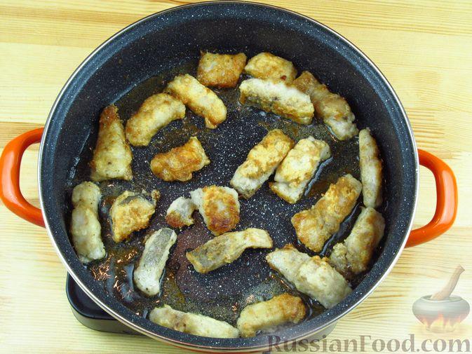 Фото приготовления рецепта: Жареная рыба в томатном соусе с ананасами - шаг №3