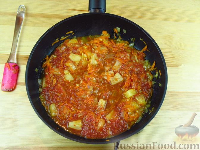 Фото приготовления рецепта: Жареная рыба в томатном соусе с ананасами - шаг №6