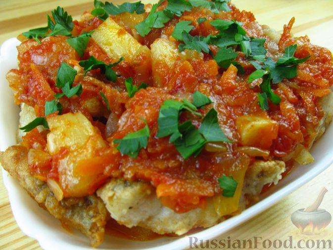 Фото приготовления рецепта: Жареная рыба в томатном соусе с ананасами - шаг №8