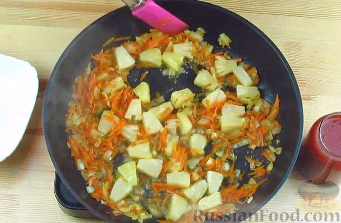 Фото приготовления рецепта: Жареная рыба в томатном соусе с ананасами - шаг №5