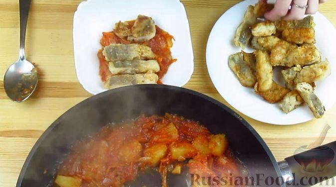 Фото приготовления рецепта: Жареная рыба в томатном соусе с ананасами - шаг №7