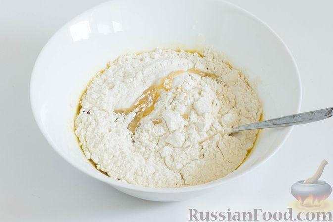 Фото приготовления рецепта: Банановое печенье с сушеной клюквой и мёдом - шаг №6