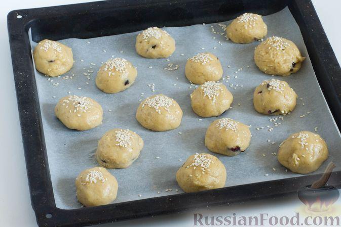 Фото приготовления рецепта: Банановое печенье с сушеной клюквой и мёдом - шаг №9