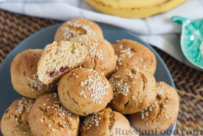 Фото приготовления рецепта: Банановое печенье с сушеной клюквой и мёдом - шаг №10