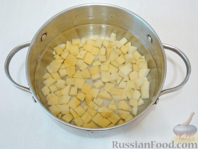 Фото приготовления рецепта: Рассольник с консервированной горбушей - шаг №5