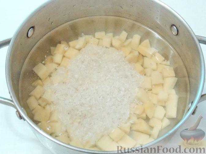 Фото приготовления рецепта: Рассольник с консервированной горбушей - шаг №6