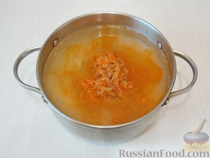 Фото приготовления рецепта: Рассольник с консервированной горбушей - шаг №9