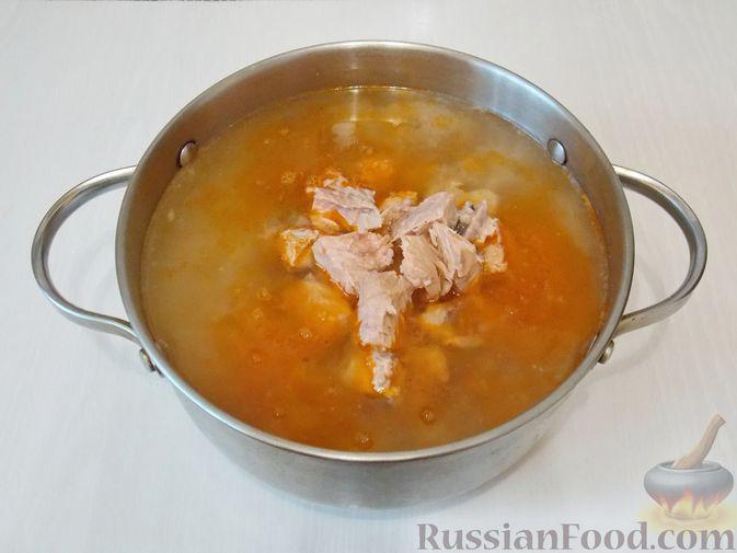 Фото приготовления рецепта: Рассольник с консервированной горбушей - шаг №10