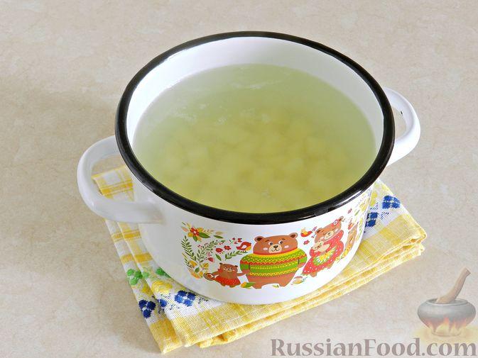 Фото приготовления рецепта: Суп с фрикадельками, капустой и зелёным горошком - шаг №6