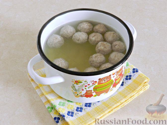 Фото приготовления рецепта: Суп с фрикадельками, капустой и зелёным горошком - шаг №7