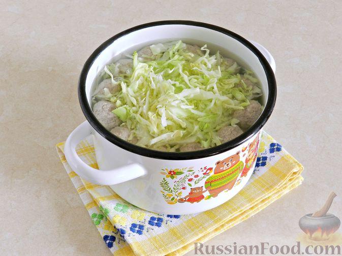 Фото приготовления рецепта: Суп с фрикадельками, капустой и зелёным горошком - шаг №8