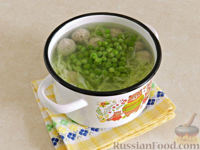 Фото приготовления рецепта: Суп с фрикадельками, капустой и зелёным горошком - шаг №9