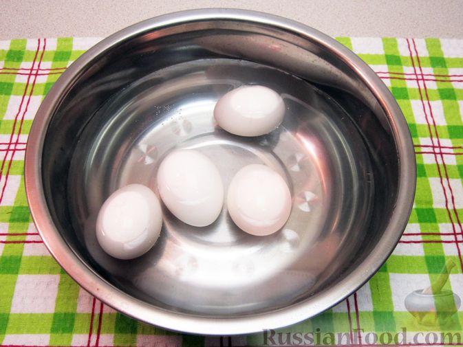 Фото приготовления рецепта: Салат с курицей, огурцами и маринованным луком - шаг №3