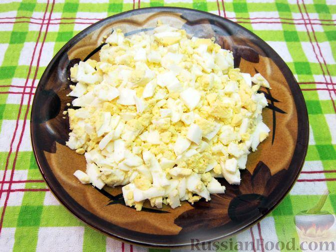 Фото приготовления рецепта: Салат с курицей, огурцами и маринованным луком - шаг №6