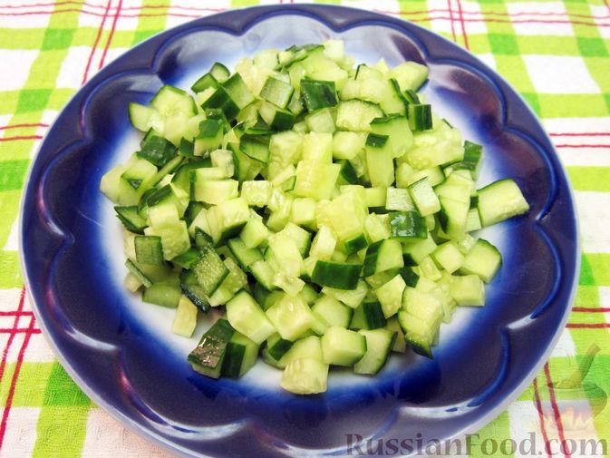 Фото приготовления рецепта: Салат с курицей, огурцами и маринованным луком - шаг №9