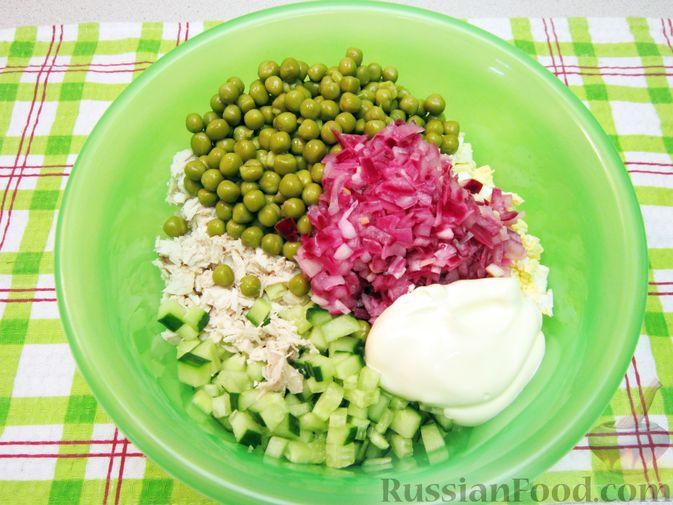 Фото приготовления рецепта: Салат с курицей, огурцами и маринованным луком - шаг №12