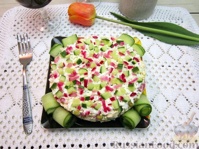 Фото приготовления рецепта: Салат с курицей, огурцами и маринованным луком - шаг №14