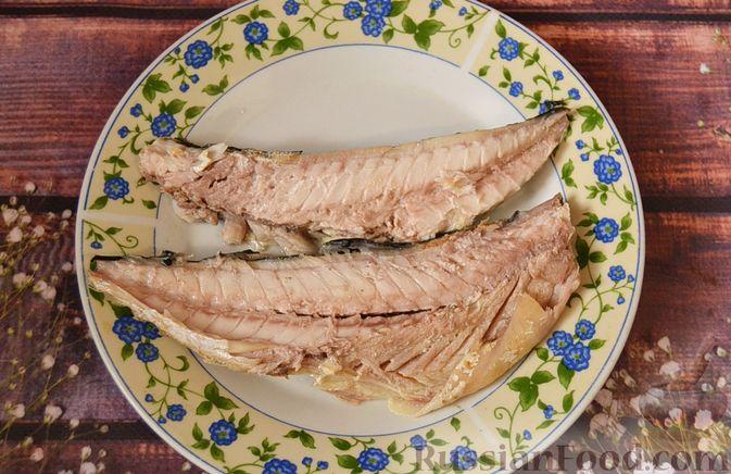 Фото приготовления рецепта: Суп из скумбрии с картофелем и рисом - шаг №5