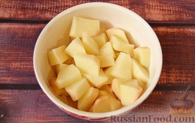 Фото приготовления рецепта: Суп из скумбрии с картофелем и рисом - шаг №6
