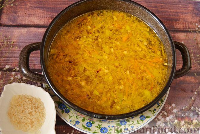 Фото приготовления рецепта: Суп из скумбрии с картофелем и рисом - шаг №9