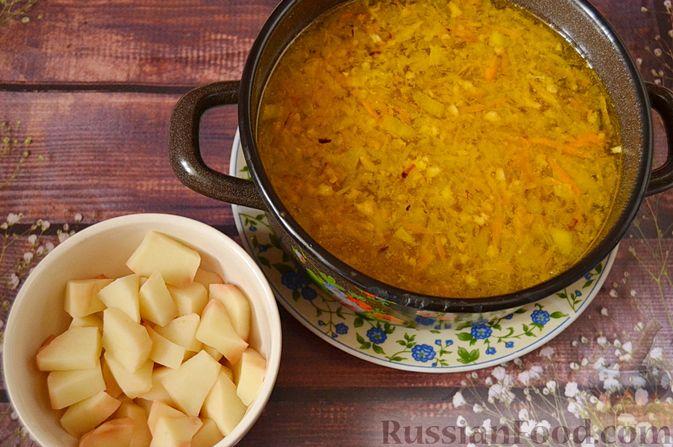 Фото приготовления рецепта: Суп из скумбрии с картофелем и рисом - шаг №10