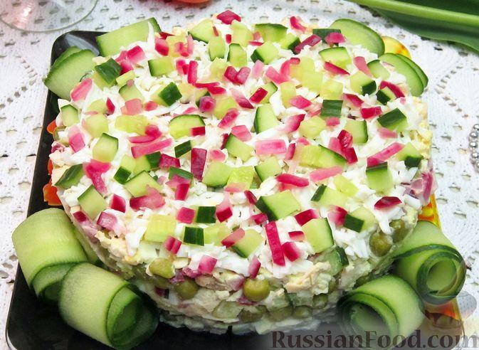 Фото к рецепту: Салат с курицей, огурцами и маринованным луком