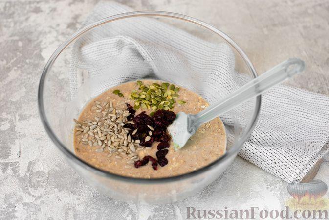 Фото приготовления рецепта: Овсяные кексы с семечками и клюквой - шаг №5
