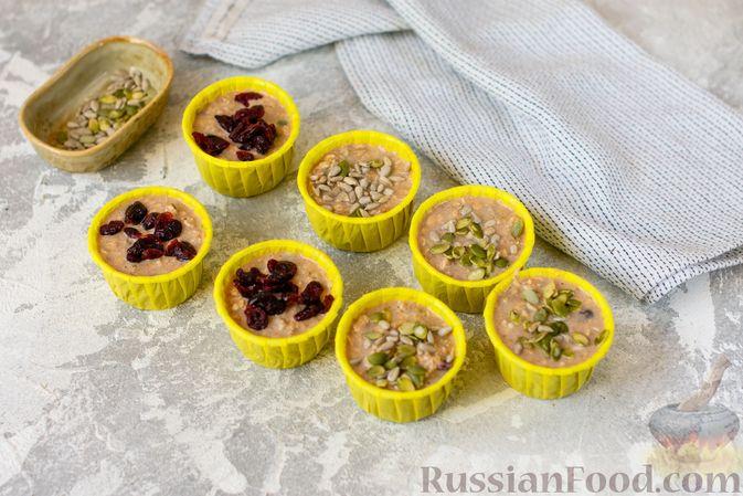 Фото приготовления рецепта: Овсяные кексы с семечками и клюквой - шаг №8