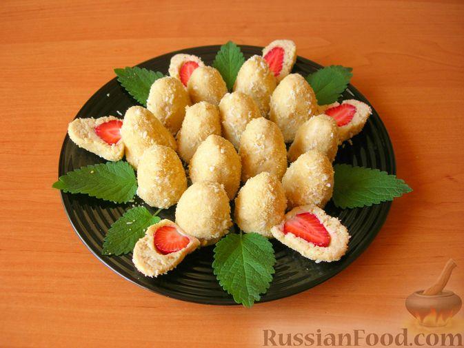 Фото к рецепту: Конфеты из печенья и творога с клубникой