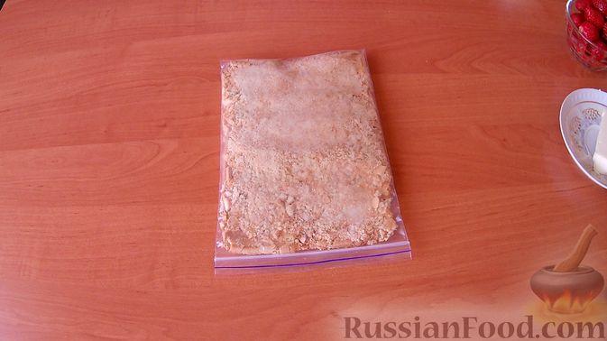 Фото приготовления рецепта: Конфеты из печенья и творога с клубникой - шаг №2