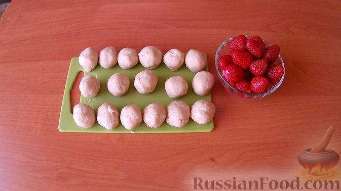Фото приготовления рецепта: Конфеты из печенья и творога с клубникой - шаг №4