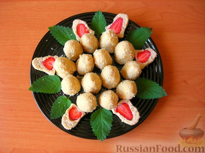 Фото приготовления рецепта: Конфеты из печенья и творога с клубникой - шаг №8