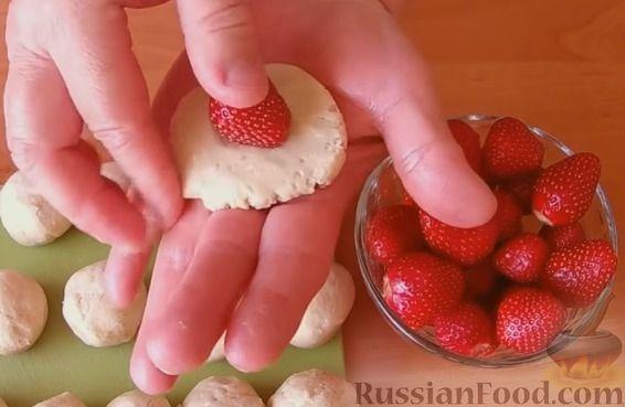 Фото приготовления рецепта: Конфеты из печенья и творога с клубникой - шаг №5