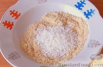 Фото приготовления рецепта: Конфеты из печенья и творога с клубникой - шаг №6