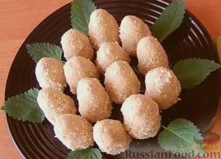 Фото приготовления рецепта: Конфеты из печенья и творога с клубникой - шаг №7