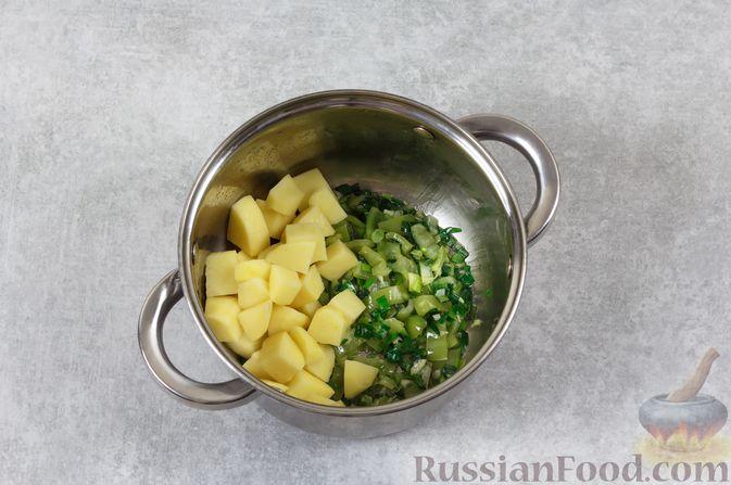 Фото приготовления рецепта: Куриный суп с шампиньонами и яблоком - шаг №6