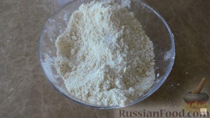 Фото приготовления рецепта: Яблочно-сливовый крамбл с овсяными хлопьями - шаг №8