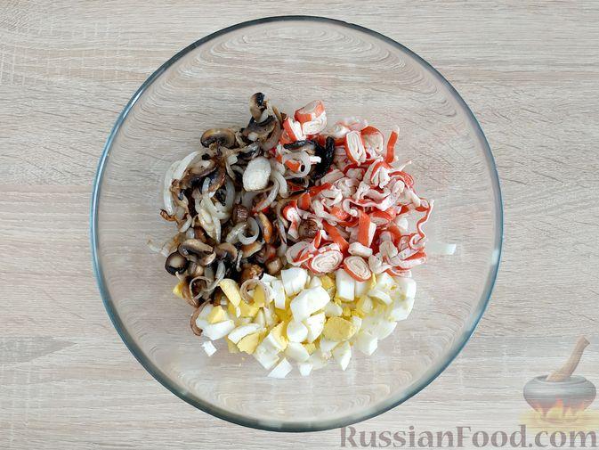 """Фото приготовления рецепта: Слоёный салат """"Оливье"""" с курицей - шаг №12"""