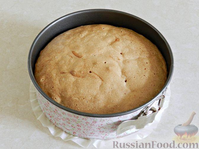 Фото приготовления рецепта: Шарлотка с клубникой - шаг №8