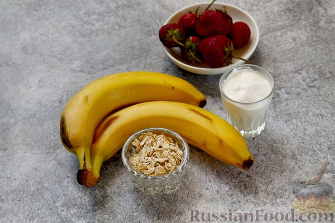 Фото приготовления рецепта: Смузи с бананом и клубникой - шаг №1