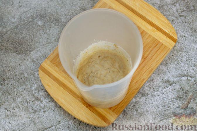Фото приготовления рецепта: Смузи с бананом и клубникой - шаг №4