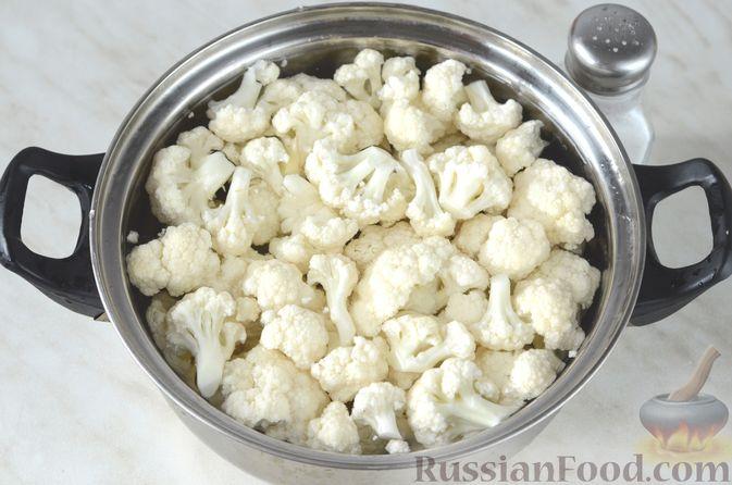 Фото приготовления рецепта: Цветная капуста в чесночном соусе, запечённая под сыром - шаг №3