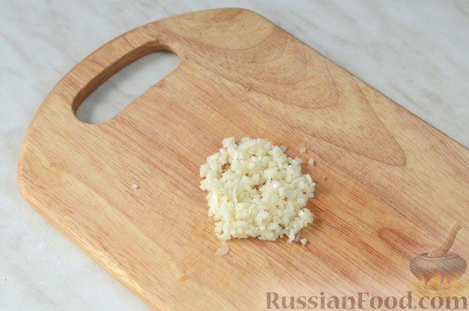 Фото приготовления рецепта: Цветная капуста в чесночном соусе, запечённая под сыром - шаг №4